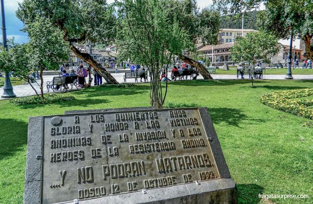 Placa na Praça de Armas de Cusco homenageia as vítimas da colonização