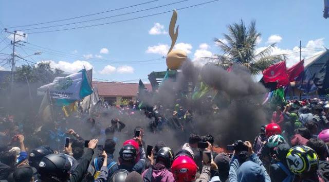 Breaking News! Mahasiswa Pare-Pare Berhasil Duduki Gedung DPRD