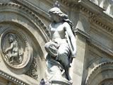 porumbel pe capul unei statui