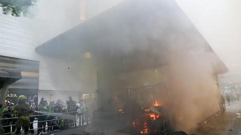 Apokaliptikus állapotok: lángokban áll egy metróállomás Hongkongban