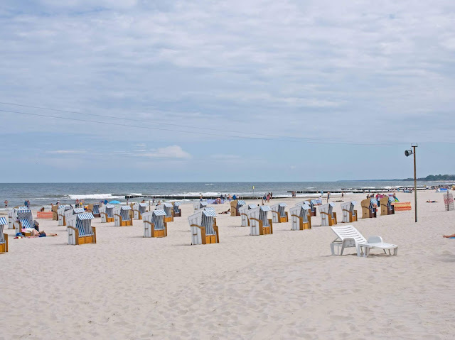 plaża Kołobrzeg wejście na plażę, widok na kosze wiklinowe