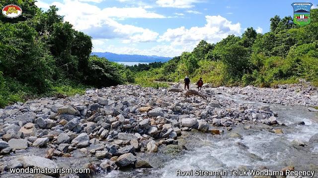 Jelajah Kali Rowi dan hutan hujan tropis