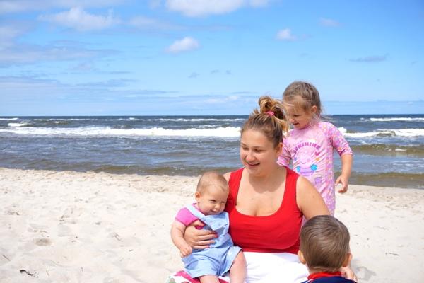 mama z dziećmi na plaży