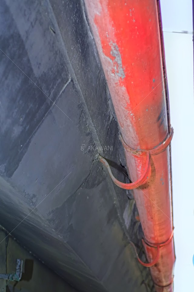 赤い雨樋がかかる軒先 川越の郵便切手販売