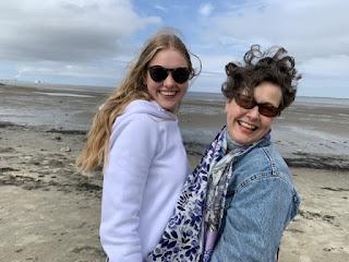 Moeder en dochter met waaihaar op het strand van Delfzijl