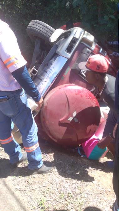 YORMAN NEWS...Fueron trasladados al hospital de Villa Vásquez, 5 personas, residentes en Santiago, los cuales se accidentaron, a bordo de una Jeepeta Mitsubishi roja
