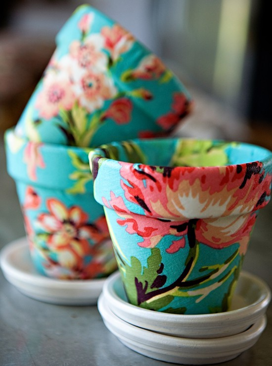How to wrap fabric around flower pots.