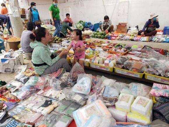 Bắt thêm chồng Loan 'cá' trong vụ lấy tiền 'bảo kê' của hàng trăm tiểu thương