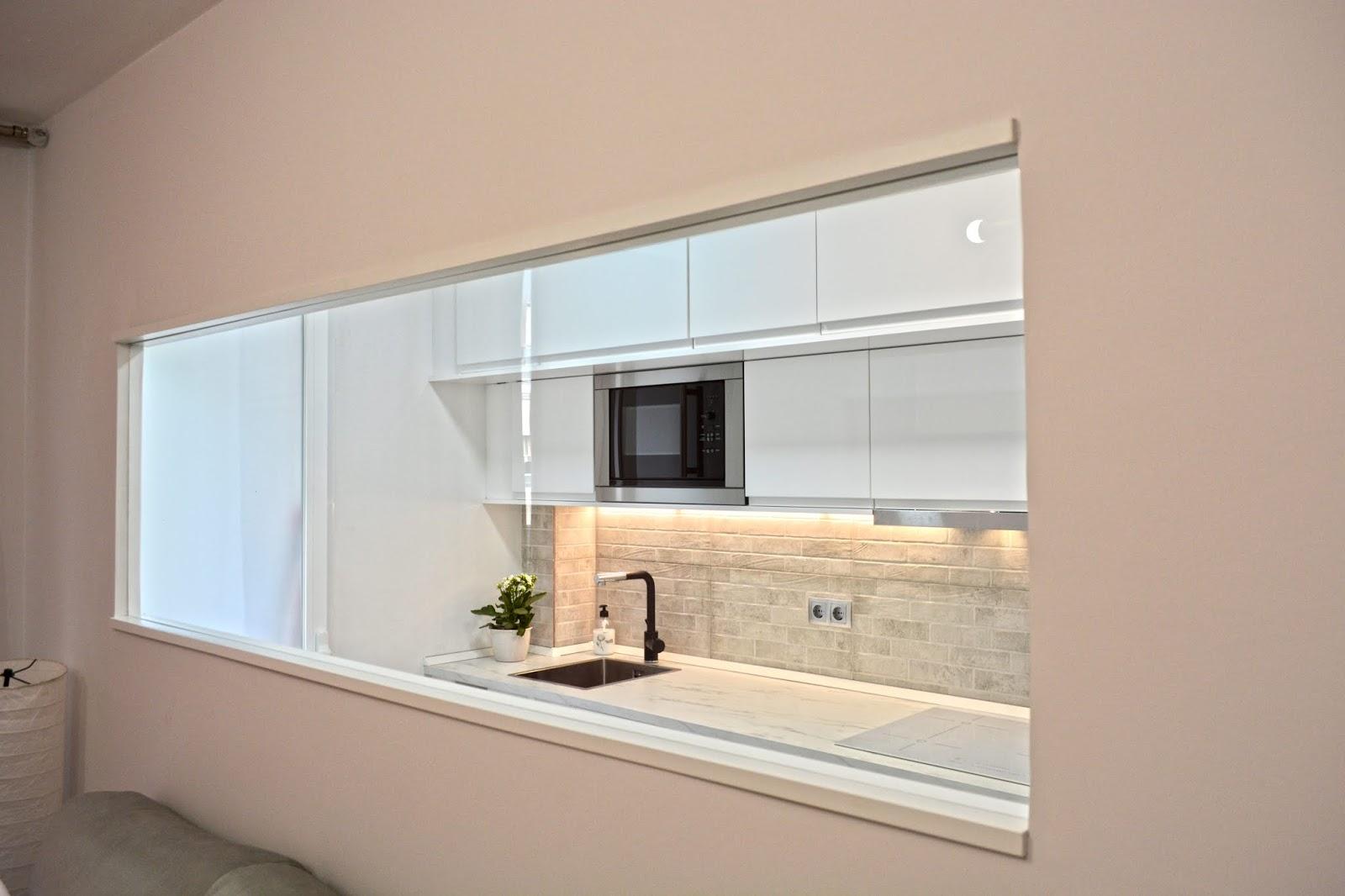 Comunicar cocina y salón sin abrir el espacio
