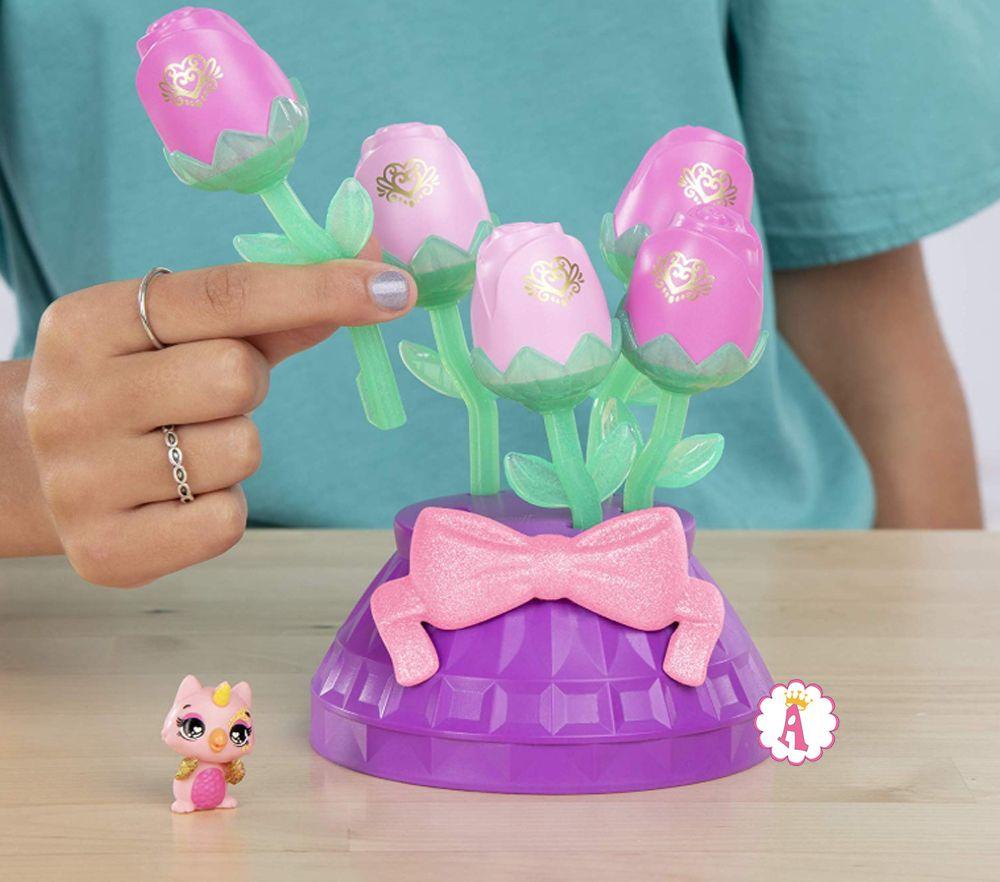 Розовые тюльпаны с игрушкой Хетчималс питомец с золотистыми крыльями