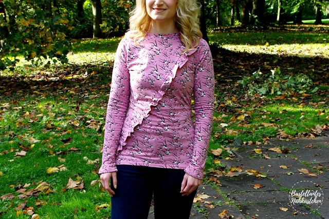 Designbeispiel Frau in Rüschenshirt Rüschli Schnittmuster von Textilsucht Raglanshirt selbst genäht