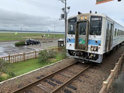 原生花園駅に入線する列車