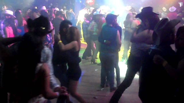 La historia de la Silverado Rodeo; El Vaquero que tira bota en baile y deja ver pata de cerdo