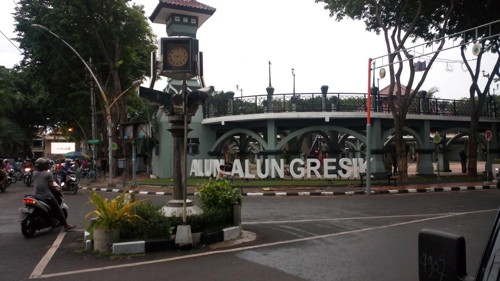 Masjid Jami Gresik yang terletak di seberang jalan Alun-Alun Gresik