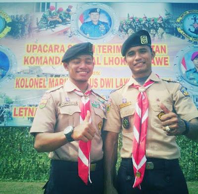 dua orang pemuda menggunakan seragam pramuka