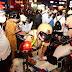 TP.HCM: CSGT 'mỏi tay' ghi phiếu phạt, người vi phạm đứng tràn các ngã tư