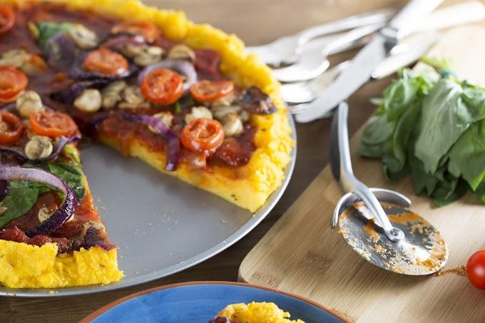 Paradicsomszószos polenta-pizza sok zöldséggel: a kukoricadarától lesz ennyire finom