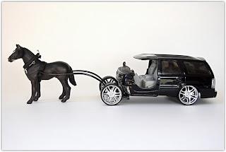 Interesante mezcla de carruajes y autos modernos.