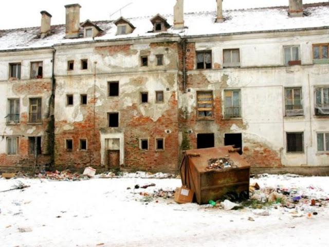 Заботливое государство: Семь приморских пенсионеров зимуют в доме без окон и дверей