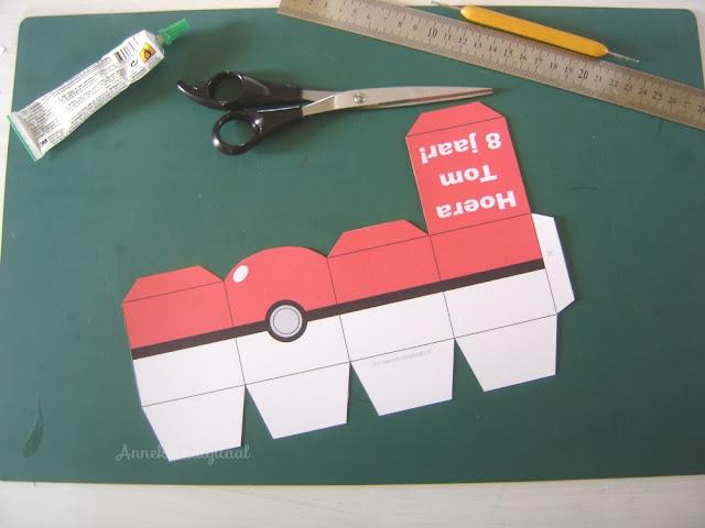 Pokémon traktatie knutselen, pokemon traktatie zelf maken, diy pokemon, pikachu knutselen, traktatie pokemon, pokemon bouwplaat, gratis pokemon traktatie