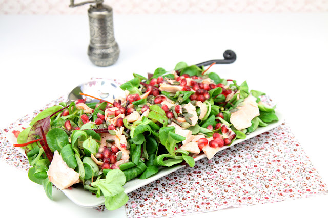 Sałatka z łososiem i granatem, salatka z lososia, salatka z lososia wg Nigelli, salatka z lososiem przepis,