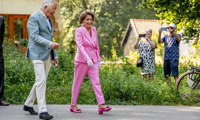 Princess Margriet wore pink  blazer and pink trousers. The statue was created in honor of all healthcare workers
