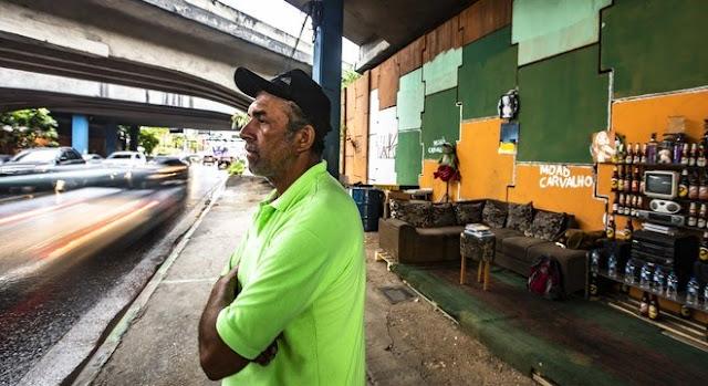 """Morador de rua monta sala embaixo de ponte para """"compartilhar paz"""""""