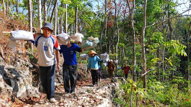 Gotong Royong Membawa Material (Dok. Joko Sulistyo)