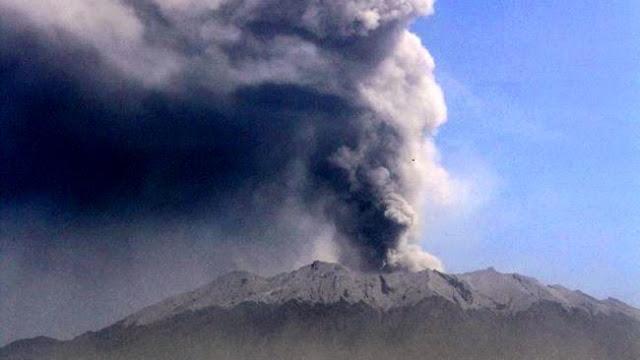 Erupsi Gunung Raung bikin mata perih