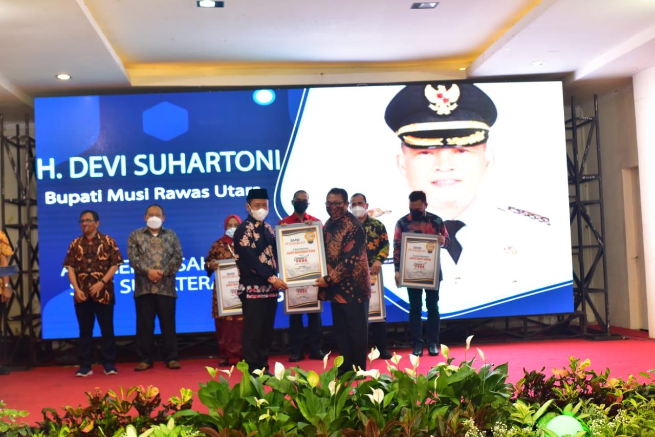 Wakil Bupati Muratara H. Inayatullah saat menerima  Penghargaan untuk Bupati Muratara H. Devi Suhartoni sebagai Sahabat Pers. (Poto/Ist)