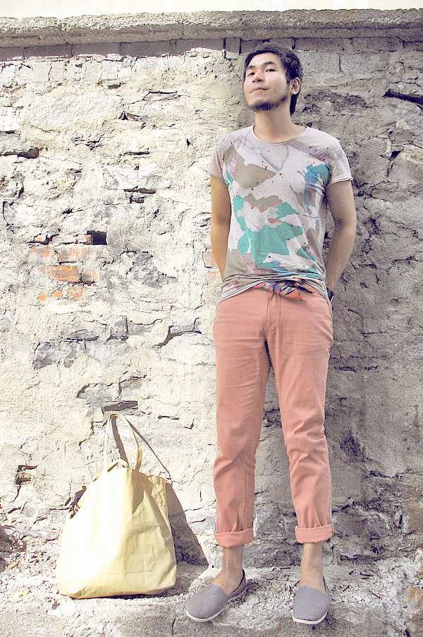 Montreal Fashion illustrator Ben, man wearing floral print Diesel T-shirt and pastel coral jeans by Perry Ellis