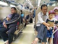 Viral Foto Anak Peluk Ayahnya yang Sudah Renta dan Bikin Haru