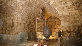 O Muro é que o restou da muralha de contenção da estrutura construída por Herodes (que reinou na Judeia de 37 a.C. até 4 d.C.), para sustentar o Segundo Templo judaico, destruído pelos romanos em 70 d.C. Hoje, no mesmo ponto, está o Santuário da Rocha (Al-Haram Al-Sharif), com sua famosa cúpula dourada.