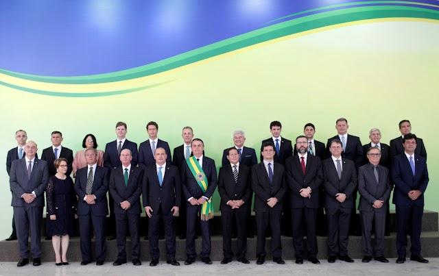 Bolsonaro dá posse a ministros no Palácio do Planalto após receber faixa presidencial