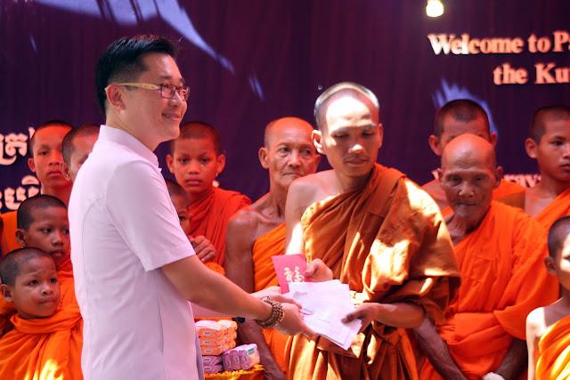 Remise de dons à la ''Fondation pour l'Education des Communautés'' par See Yew Ong (Malaisie). Photo Christophe Gargiulo - CGF Foundation