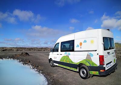 Campervan recorriendo los paisajes islandeses