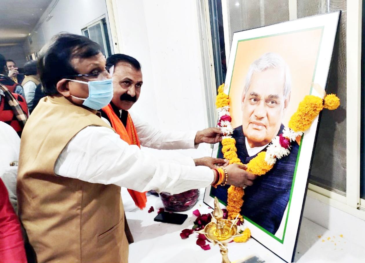 Jhabua News-भाजपा जिला कार्यालय एवं सांसद कार्यालय पर मनाई गई पूर्व प्रधानमंत्री अटल बिहारी वाजपेयी की जयंती