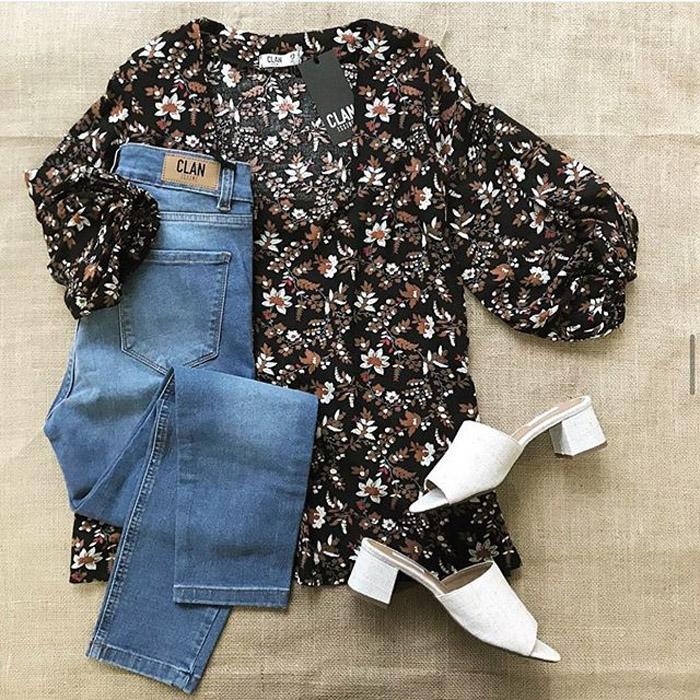Blusa con mangas amplias abuchunadas estampada 2020, pantalon denim chupin y zuecos blancos abiertos moda verano 2020 ropa para mujer.
