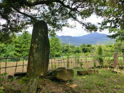 波多野城址の碑