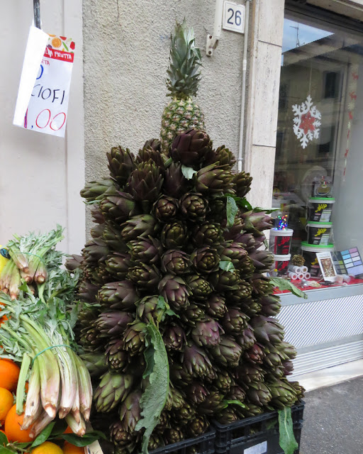 Artichokes and pineapple as a Christams tree, Via Garibaldi, Livorno