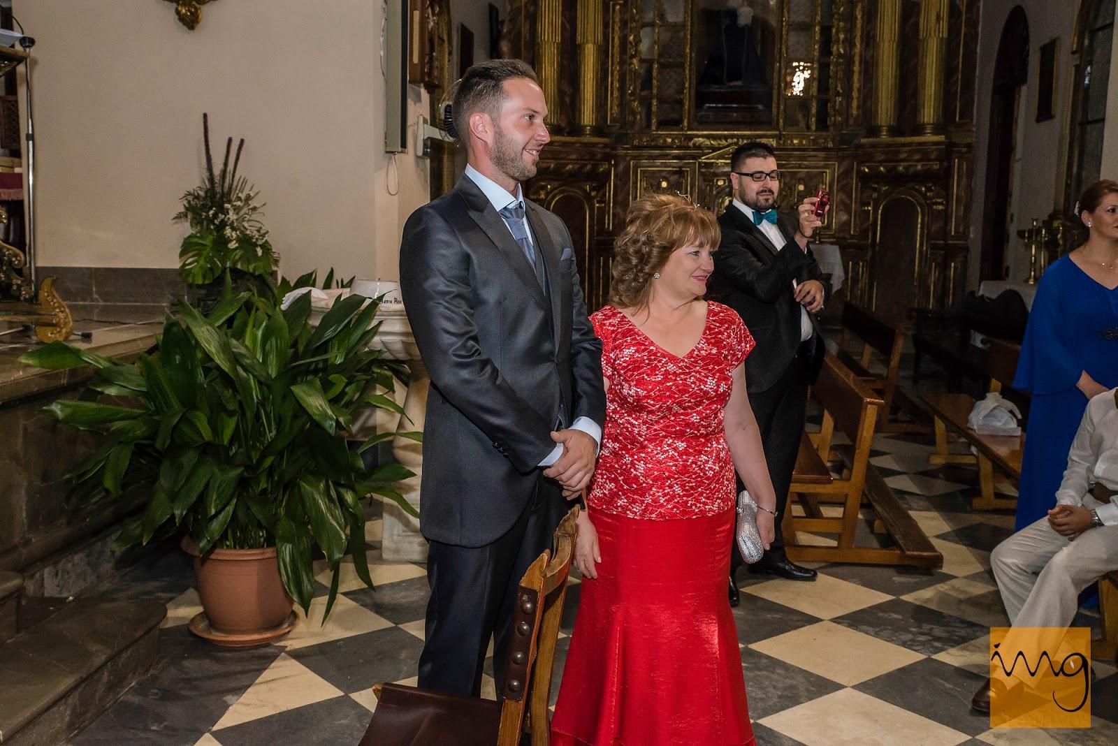 El novio viendo por primera vez a la novia el día de su boda