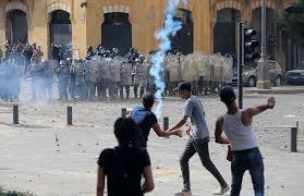 انفجار بيروت: محتجون غاضبون يدخلون وزارة الخارجية -موقع عناكب الاخباري