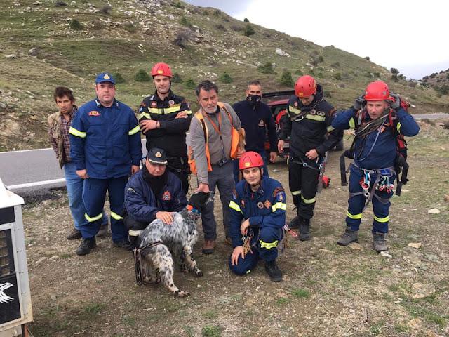 Επιχείρηση πυροσβεστών από Άργος, Τρίπολη και της ΕΜΑΚ για σκύλο που έπεσε σε χαράδρα (βίντεο)