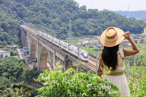 苗栗三義鯉魚潭拱橋雄偉建築,拍攝空中火車還能欣賞山下風景