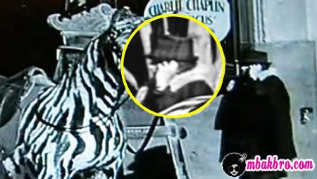 handphone di film Chaplin
