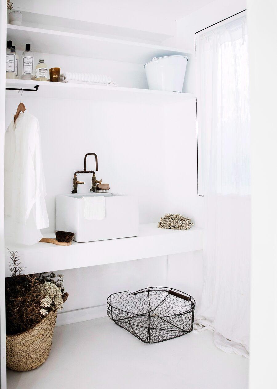 Cuarto de baño blanco con objetos de estilo rustico y vintage