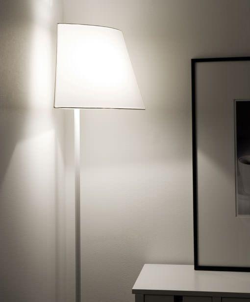lampara de pie en la esquina del salón para reflejar la luz