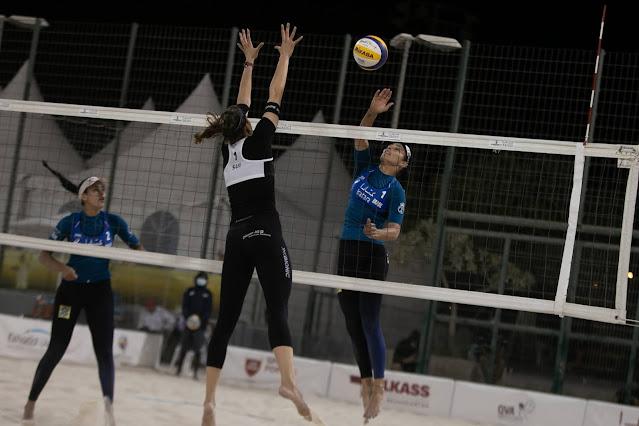 Ágatha e Duda em partida contra Huberli e Betschart, da Suíça, no Circuito Mundial de Vôlei de Praia