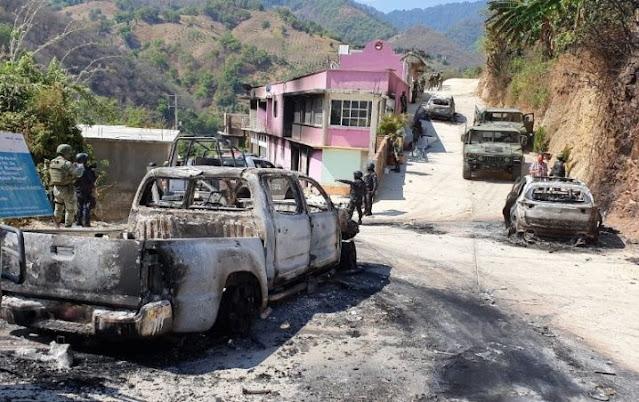 """VIDEO.- Narcos de """"Los Tlacos""""  hacen de Guerrero un infierno, queman casas y más 300 personas huyen"""