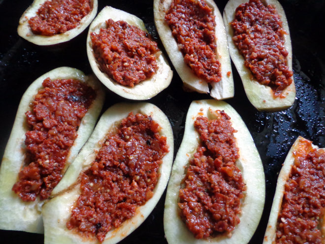 Stuffed baked eggplant with sausage and mozzarella by Laka kuharica: Stuff evenly the scooped out eggplant halves